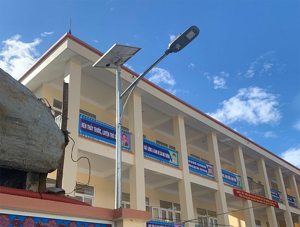 LED灯設置例(ベトナムYenBaiの小学校)